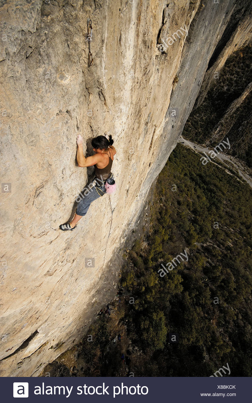 Un escalador asciende por una escarpada roca en México. Foto de stock