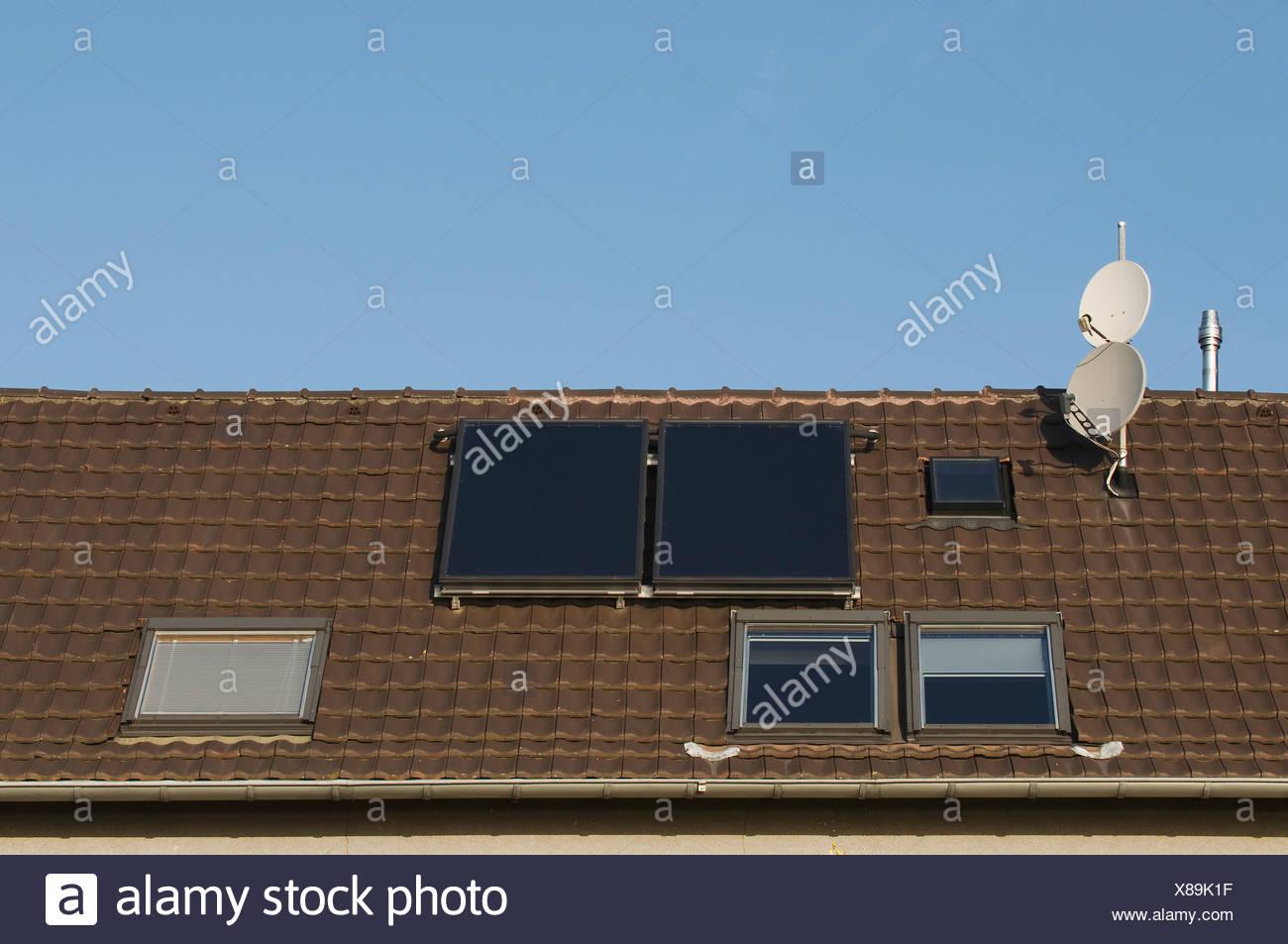 Techo con ventanas de techo, antenas parabólicas y paneles solares térmicos, la inversión en propiedad, PublicGround Imagen De Stock