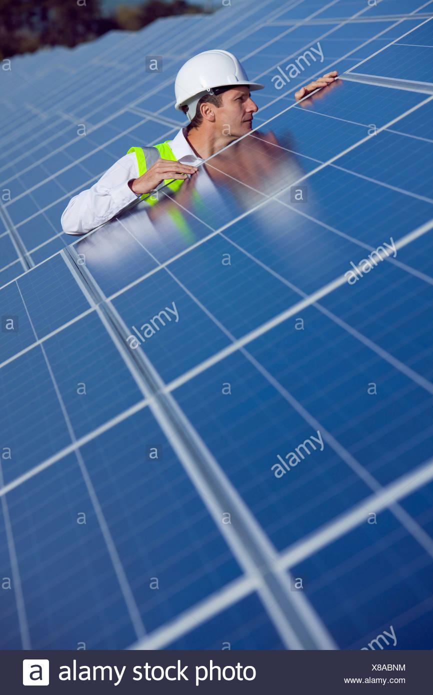 Ingeniero inspección de paneles solares Imagen De Stock