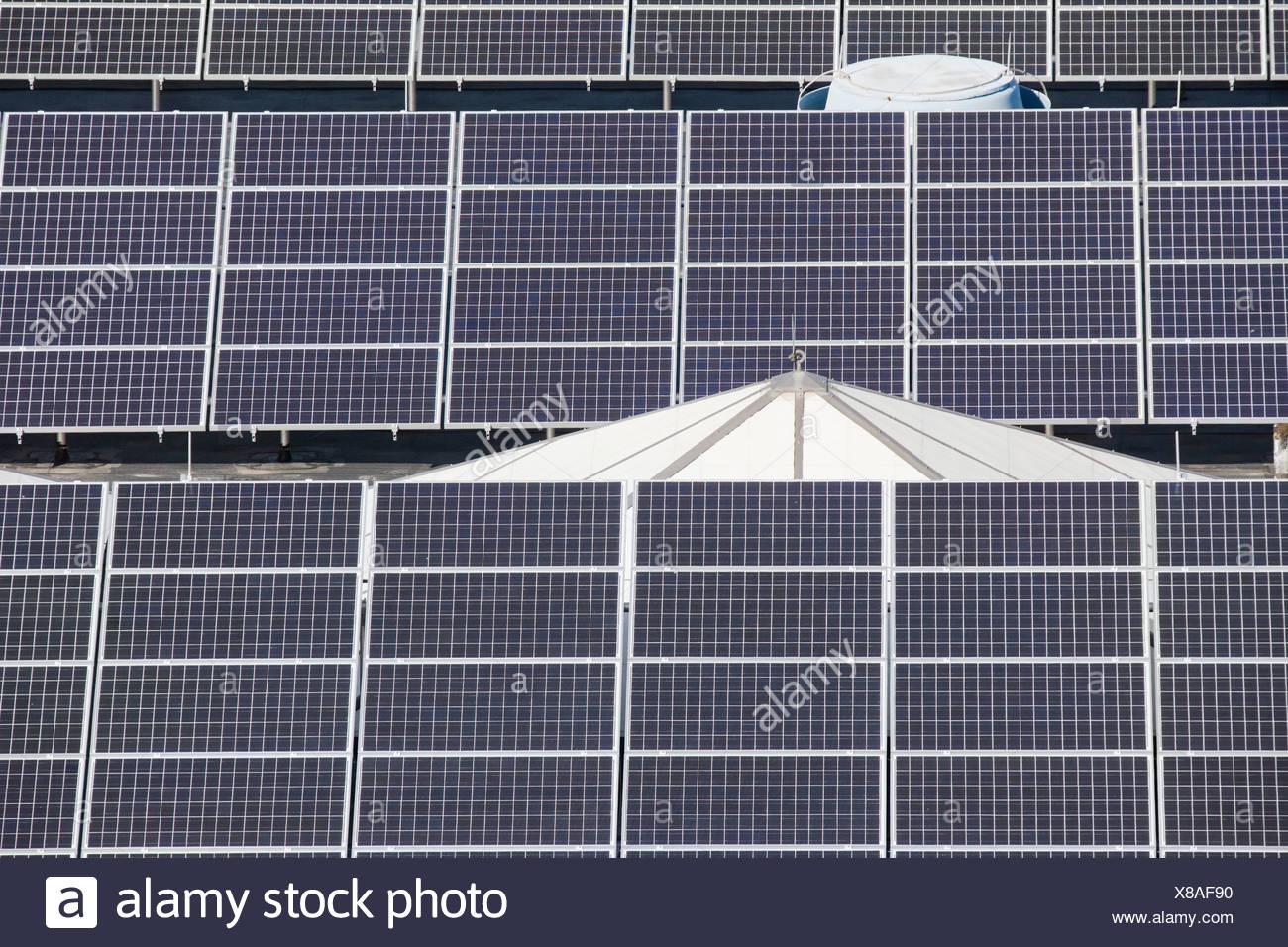 Paneles solares en una planta de tratamiento de agua Imagen De Stock
