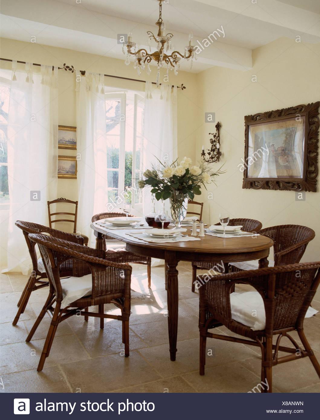 Sillas de mimbre en el antiguo conjunto de mesa ovalada para ...