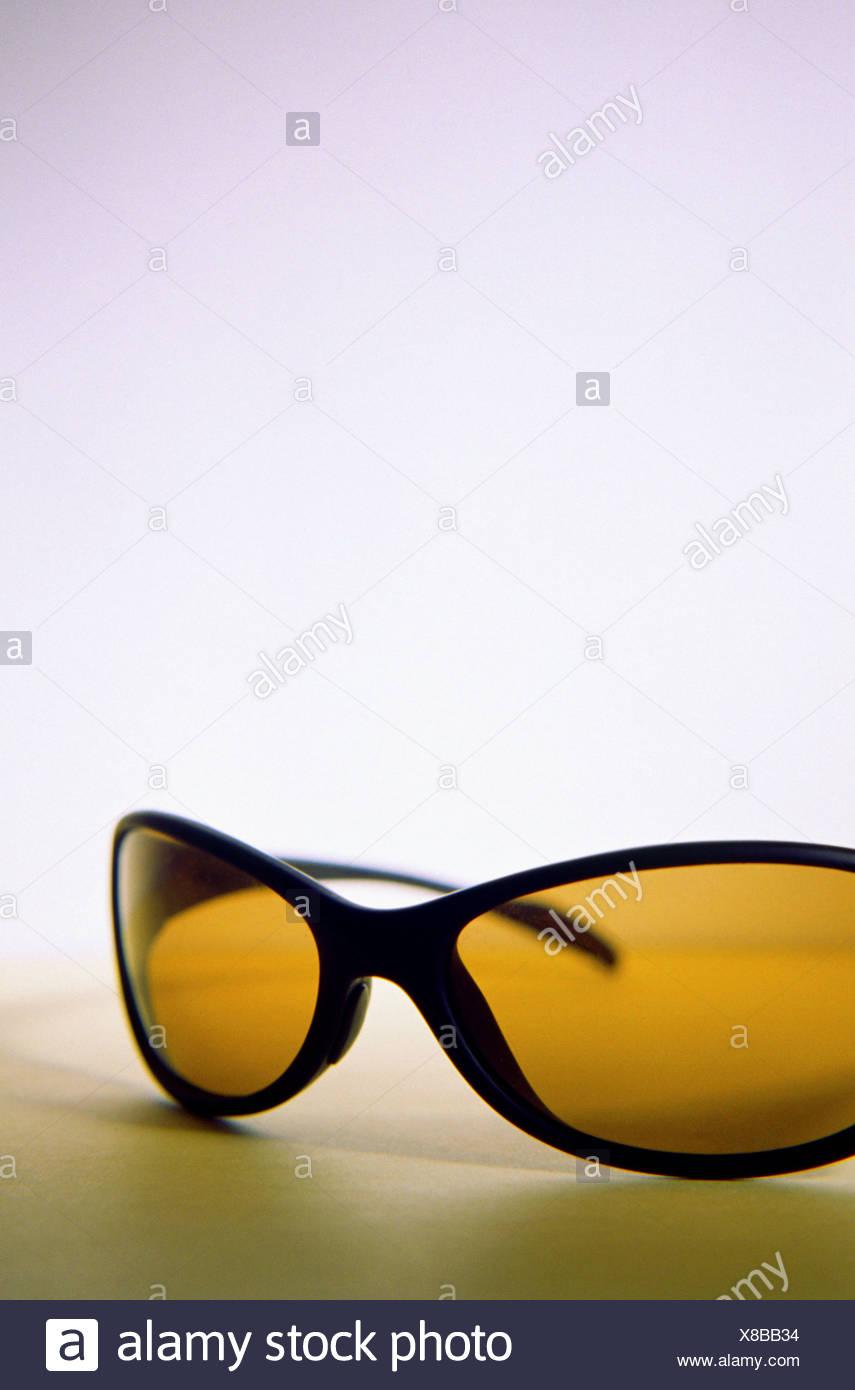 2807b8d237 Funky negro de plástico enculado Wraparound gafas de sol con cristal marrón/naranja  sobre fondo