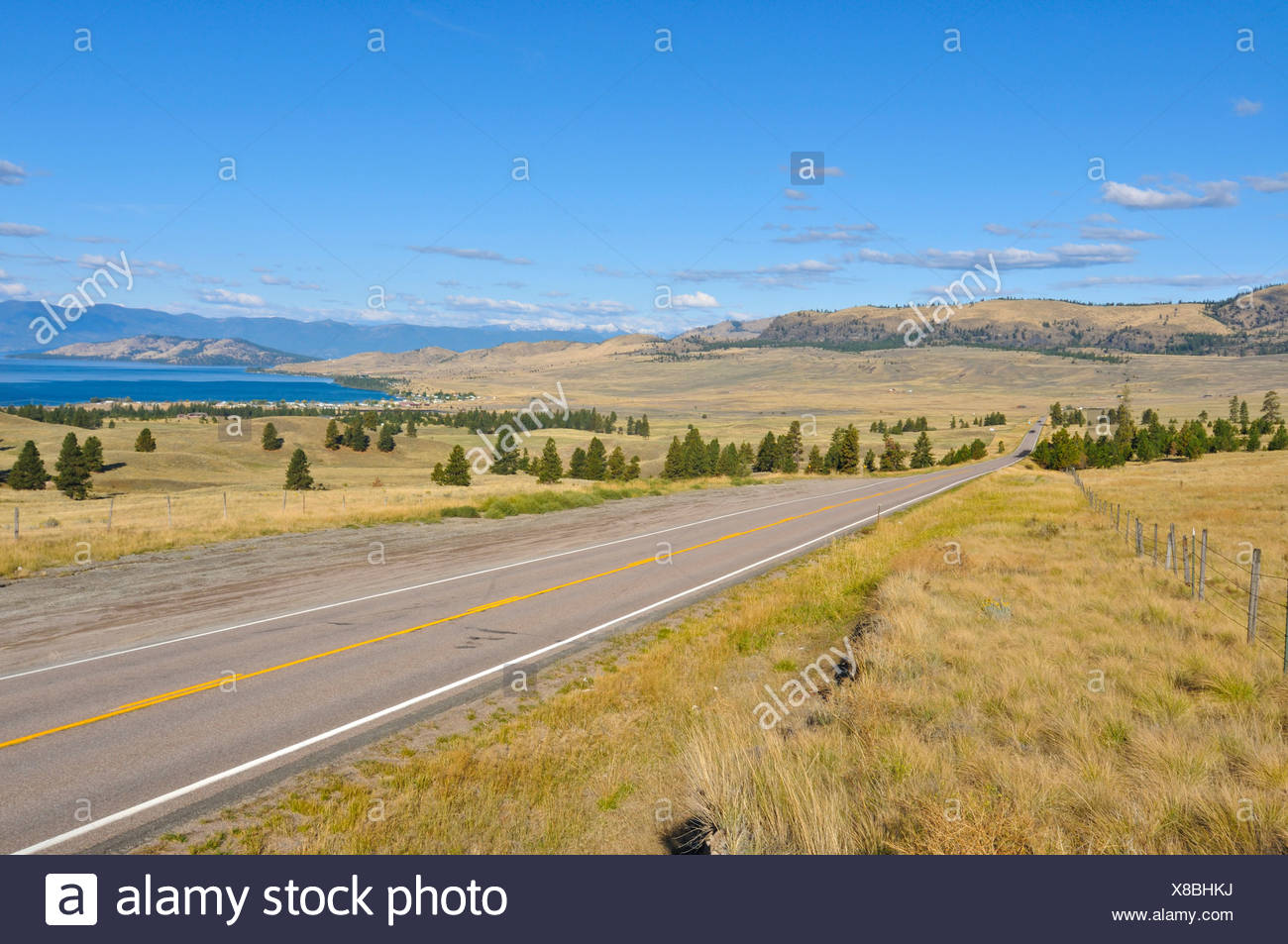 Country Road en Montana, cerca de el Parque Nacional Glacier, Montana, Estados Unidos, América del Norte Imagen De Stock