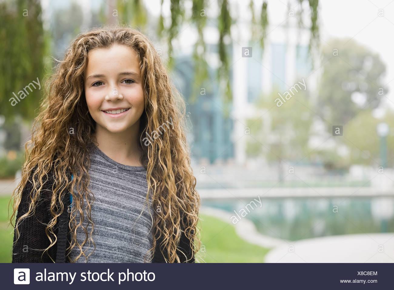 Retrato de niña sonriente en estacionamiento Imagen De Stock