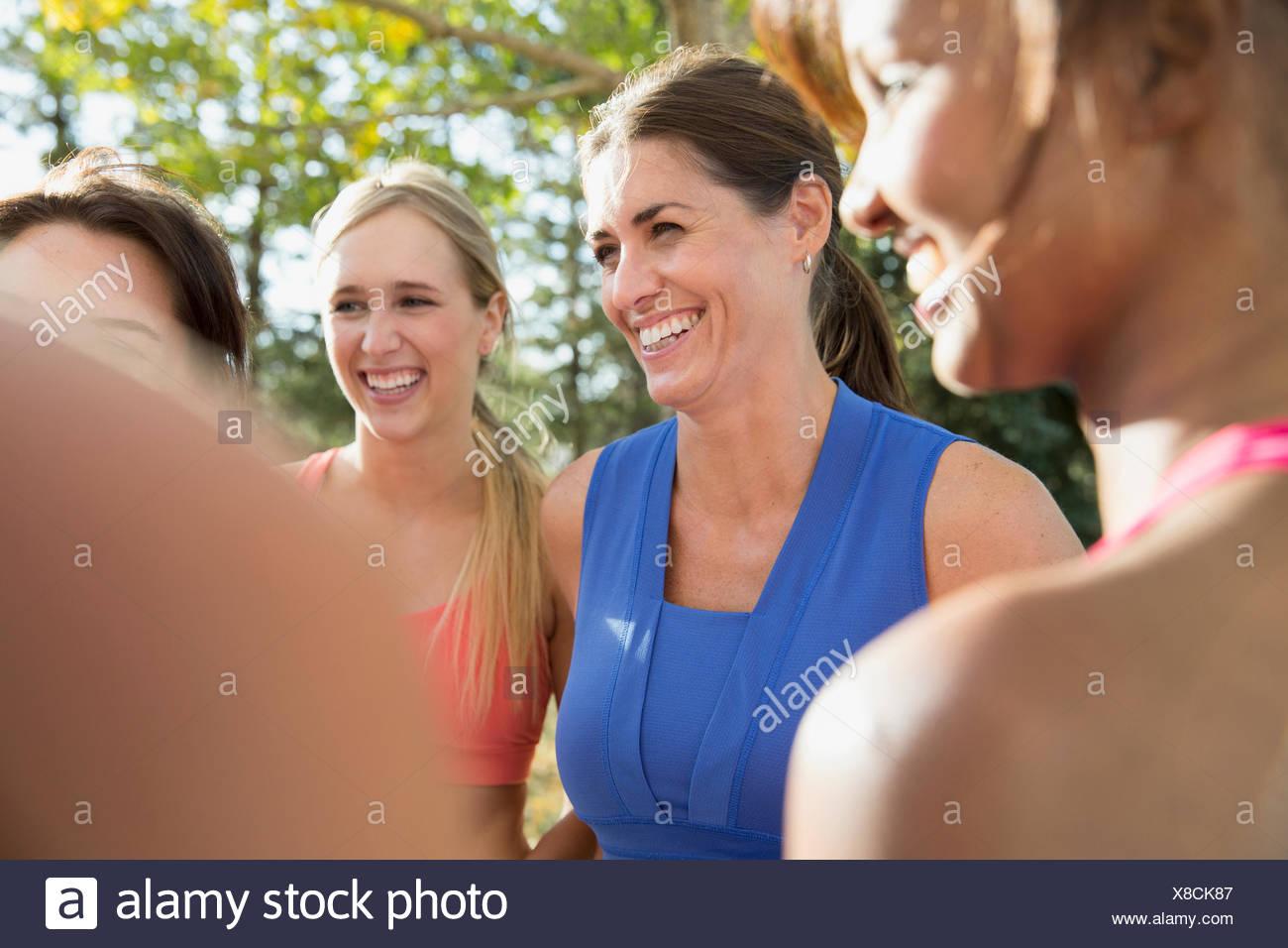 Mujeres hablando en clase de gimnasia al aire libre. Imagen De Stock