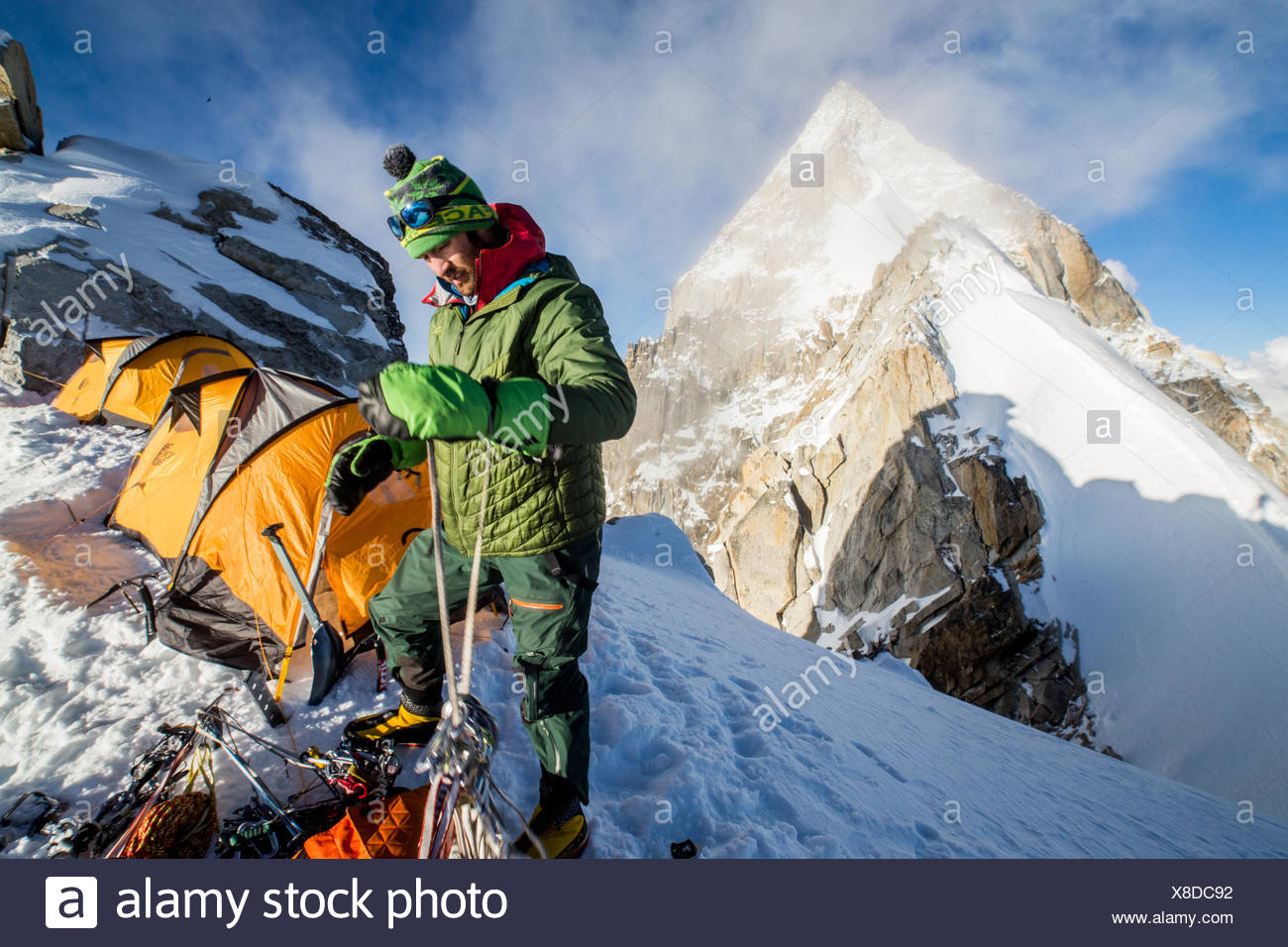 Un miembro de la expedición dobles cuerdas y comprueba su marcha. Imagen De Stock