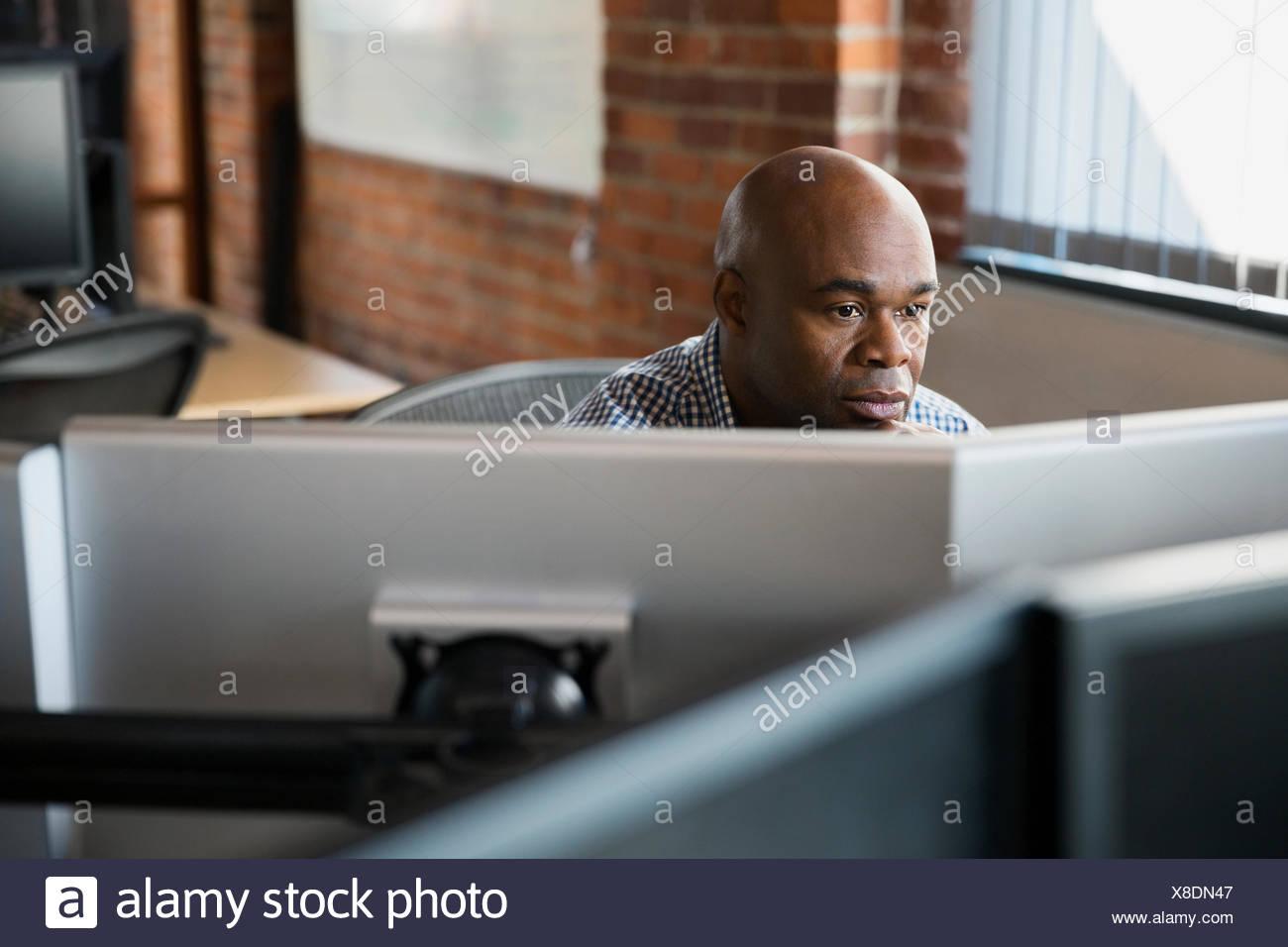 Empresario trabajando en equipos de oficina Imagen De Stock