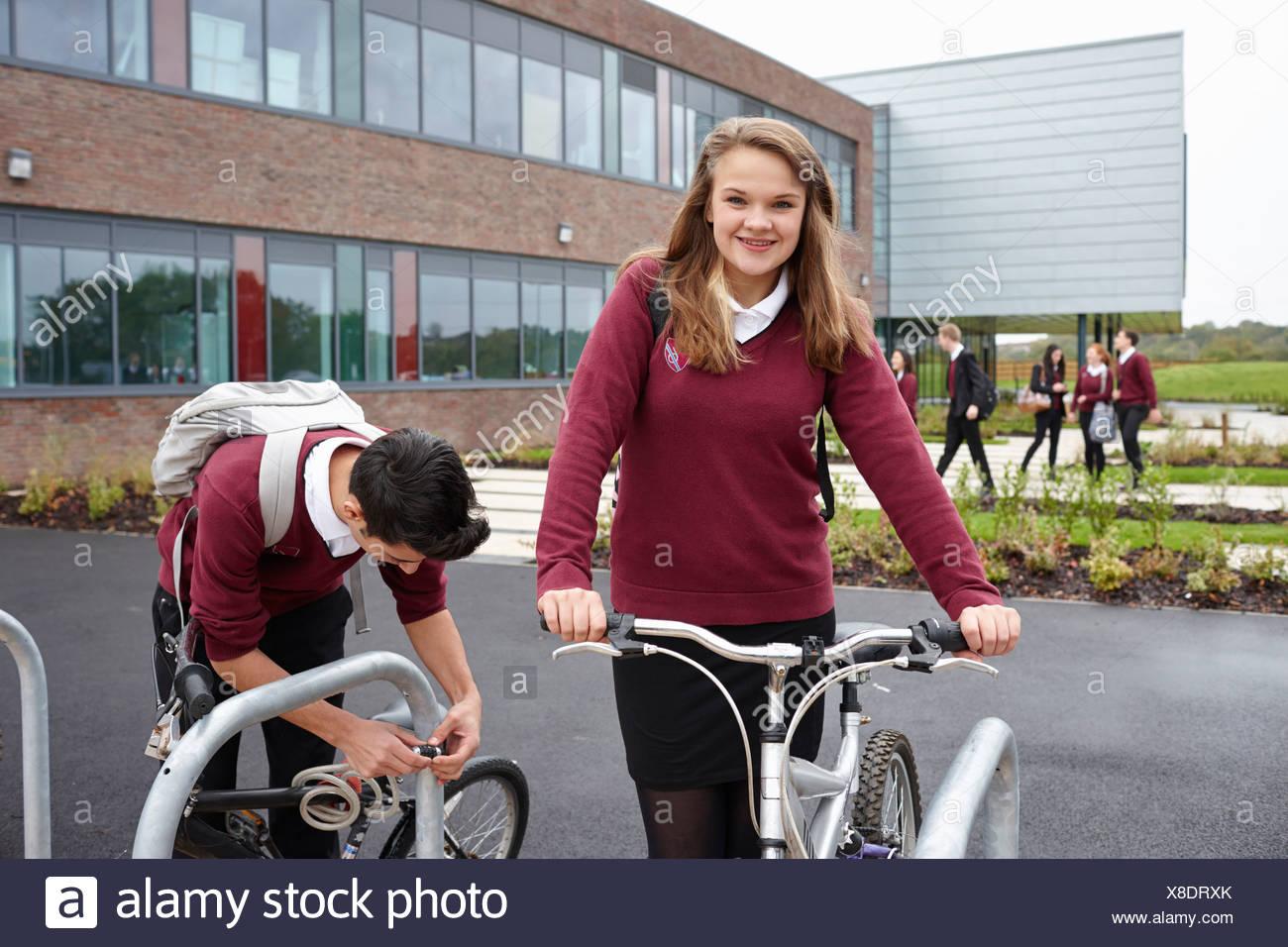 Ciclos de desbloqueo de los adolescentes fuera de la escuela Foto de stock