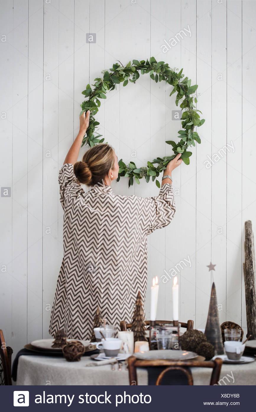 Suecia, mujer de Navidad colgando en la pared Imagen De Stock