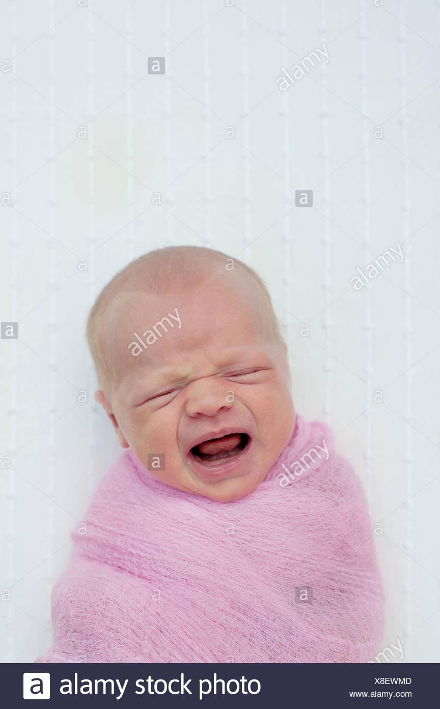 Bebé llorando, envuelto en una manta Imagen De Stock