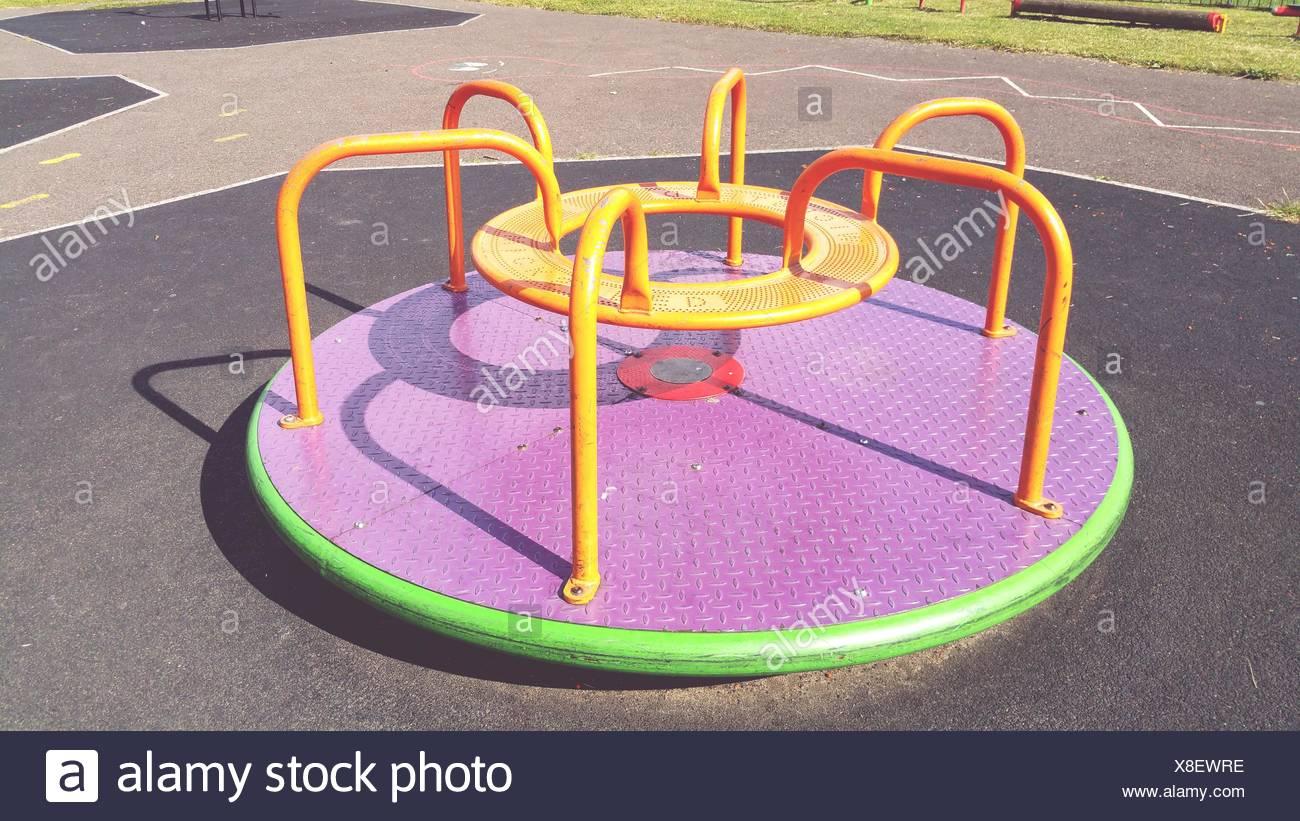 Un alto ángulo de visualización de Merry-Go-Round En Playground Imagen De Stock