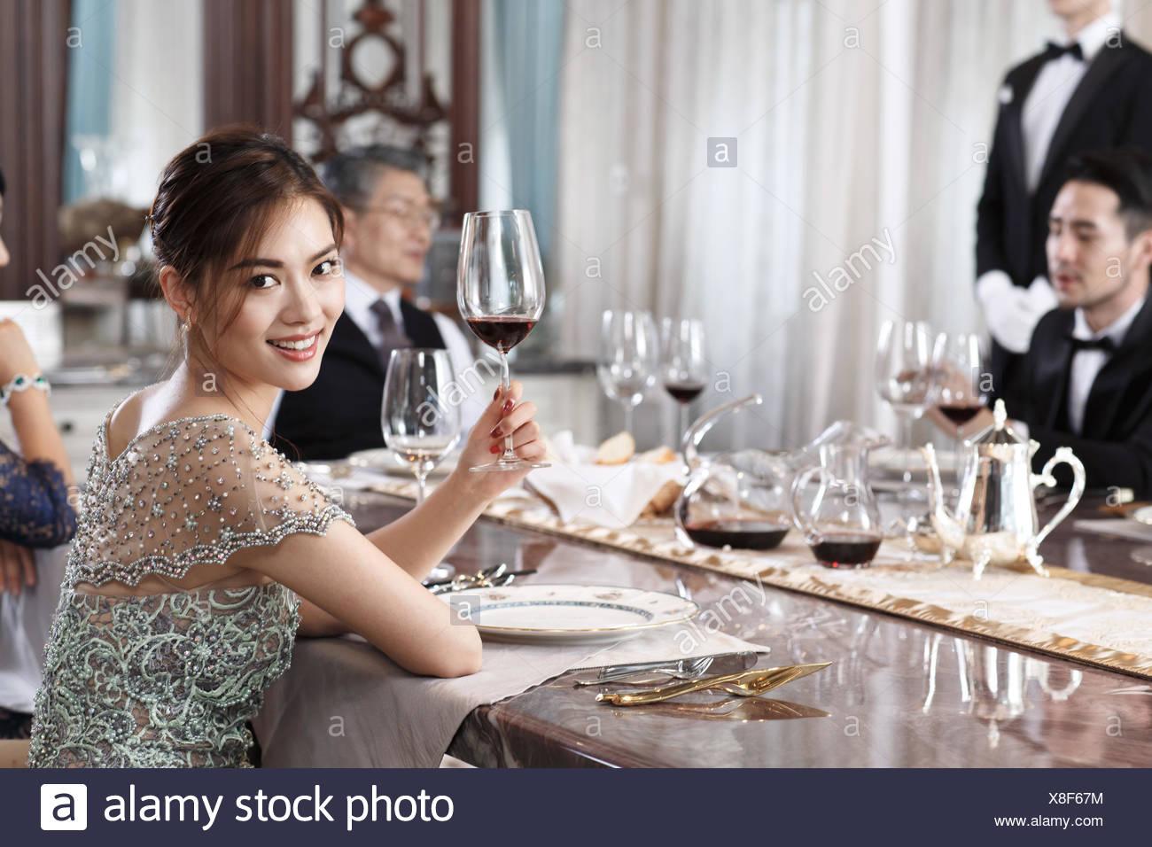 Cena de familia aristocrática. Imagen De Stock