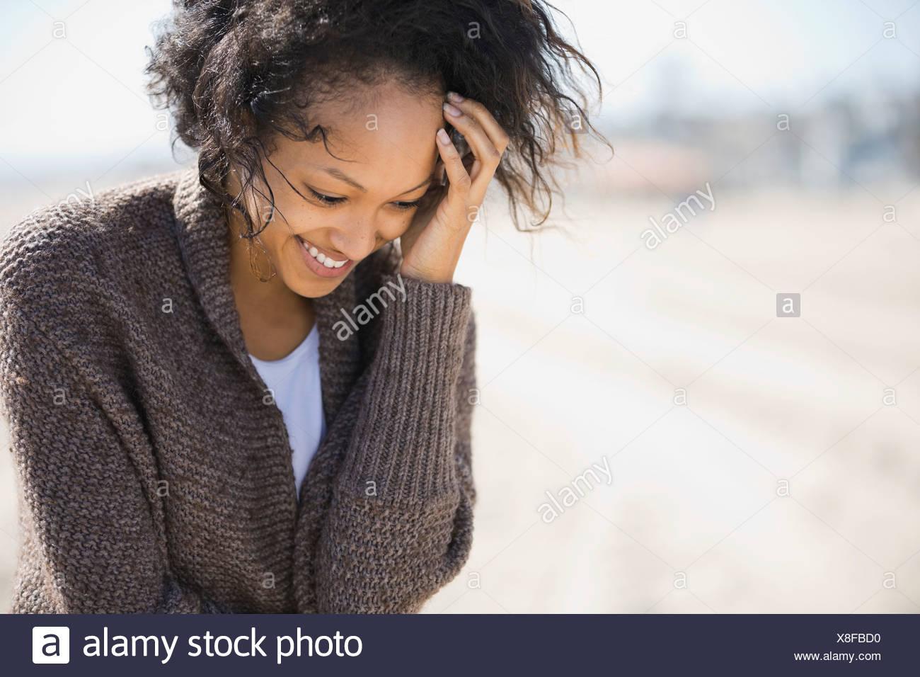 Tímida Mujer de pie en la playa Imagen De Stock