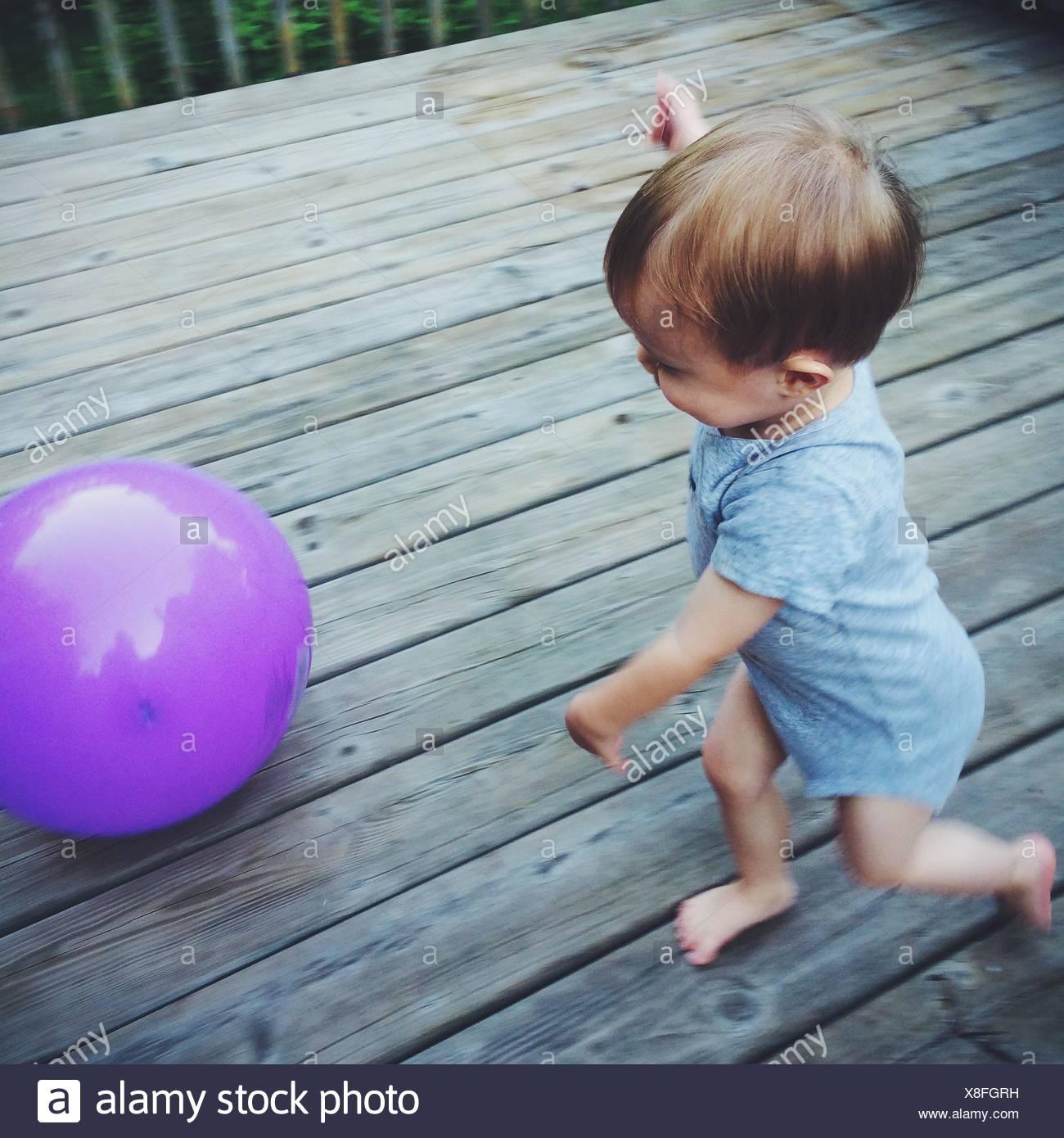 Un alto ángulo de visualización del bebé jugando con balón Imagen De Stock