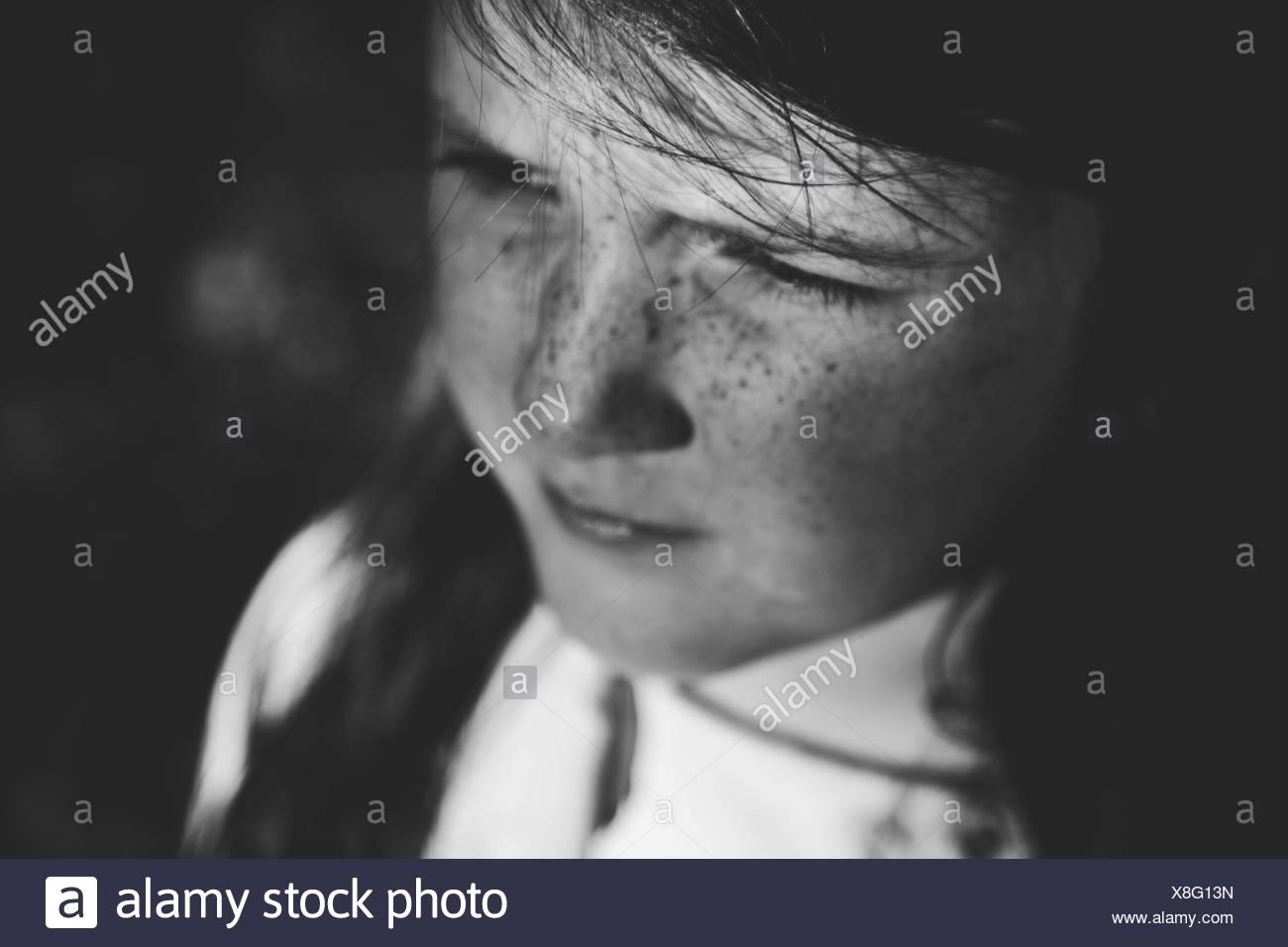Primer plano de reflexivas girl looking lejos Imagen De Stock
