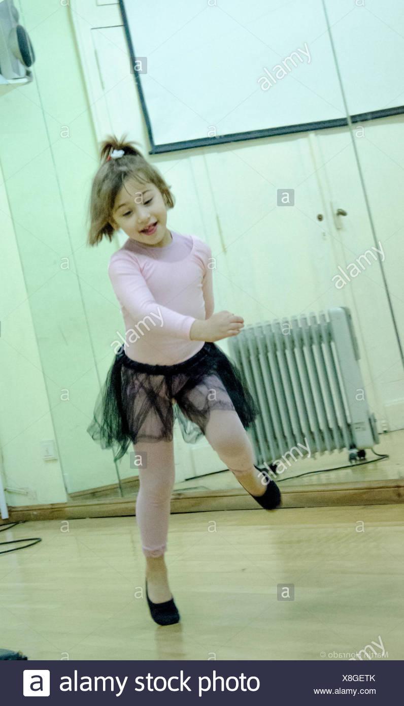 Linda bailarina de ballet ejecuta En Dance Studio Imagen De Stock