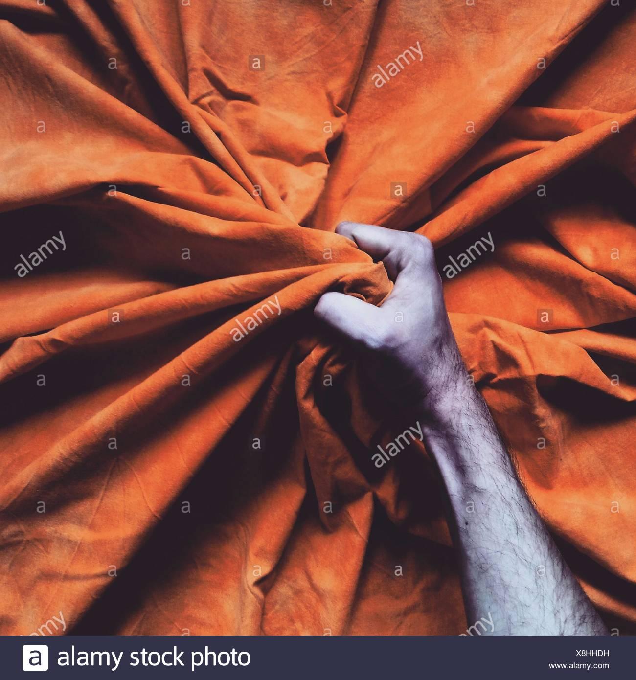 Primer plano de una Mano agarrando Bedsheet Imagen De Stock