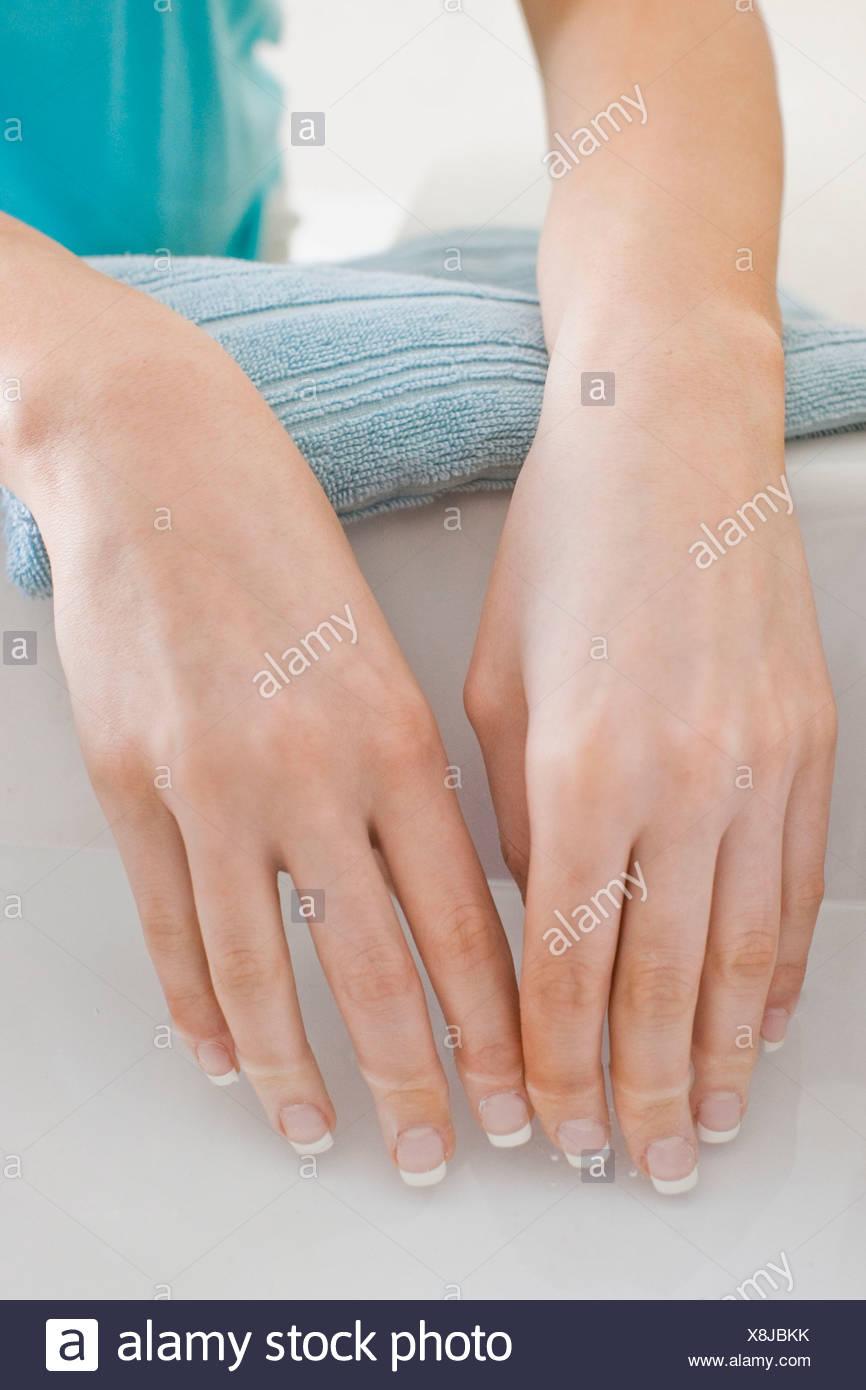 Mujer remojado las manos Imagen De Stock