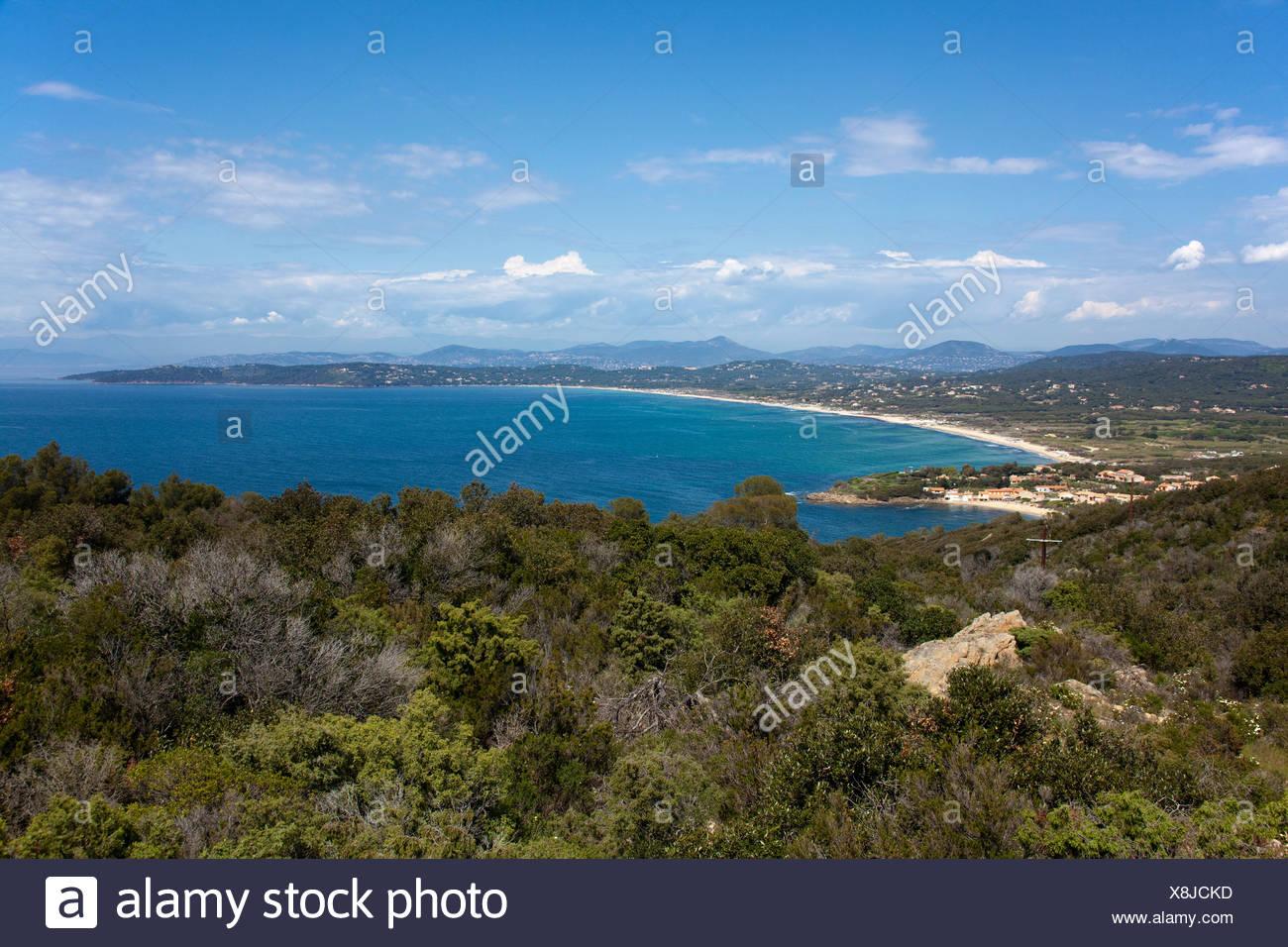 Vista sobre las playas de Saint Tropez, Alpes-Maritimes, Costa de Azur, en el sur de Francia, Francia, Europa, el mar Mediterráneo Imagen De Stock