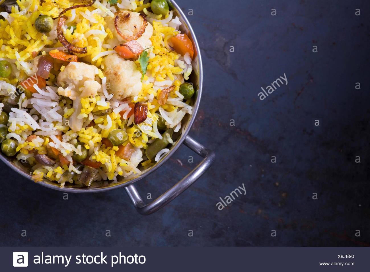 Biryani vegetariano sobre fondo de metal oscuro con espacio de copia Imagen De Stock