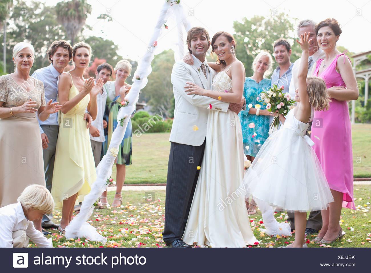 Los huéspedes con la novia y el novio sonriendo Imagen De Stock