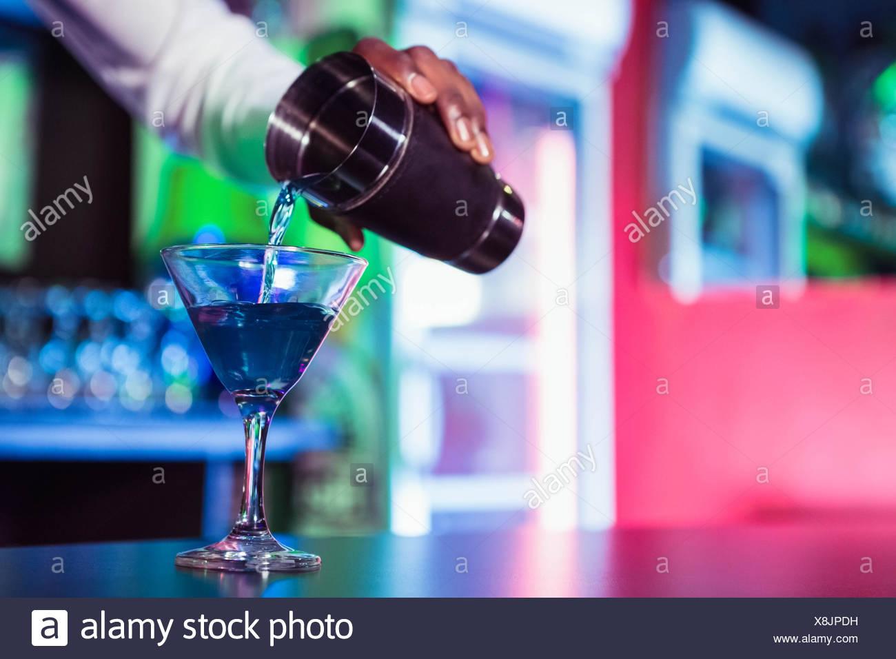 Bartender vertiendo cocktail de shaker Imagen De Stock