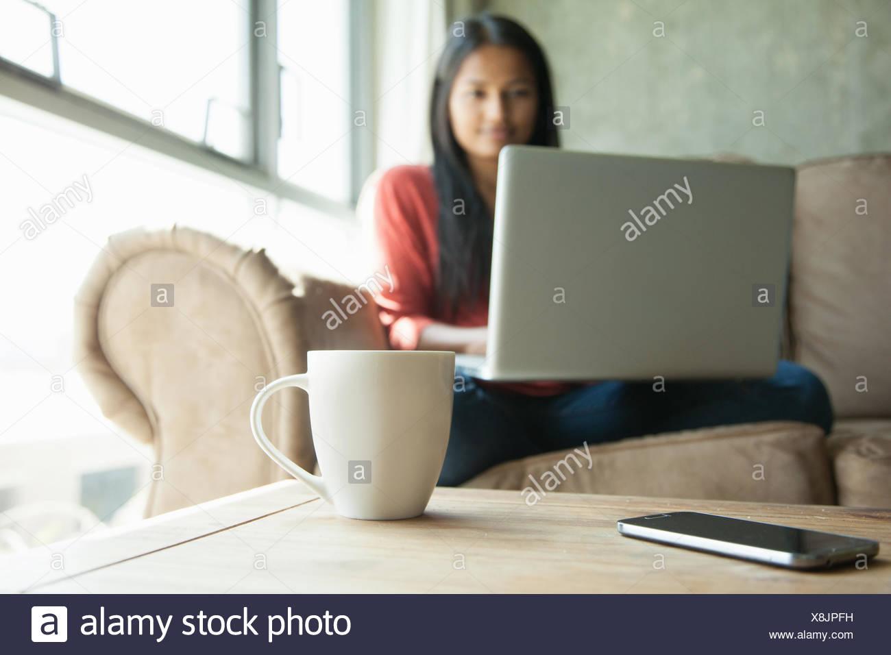 Mujer con portátil en casa Imagen De Stock