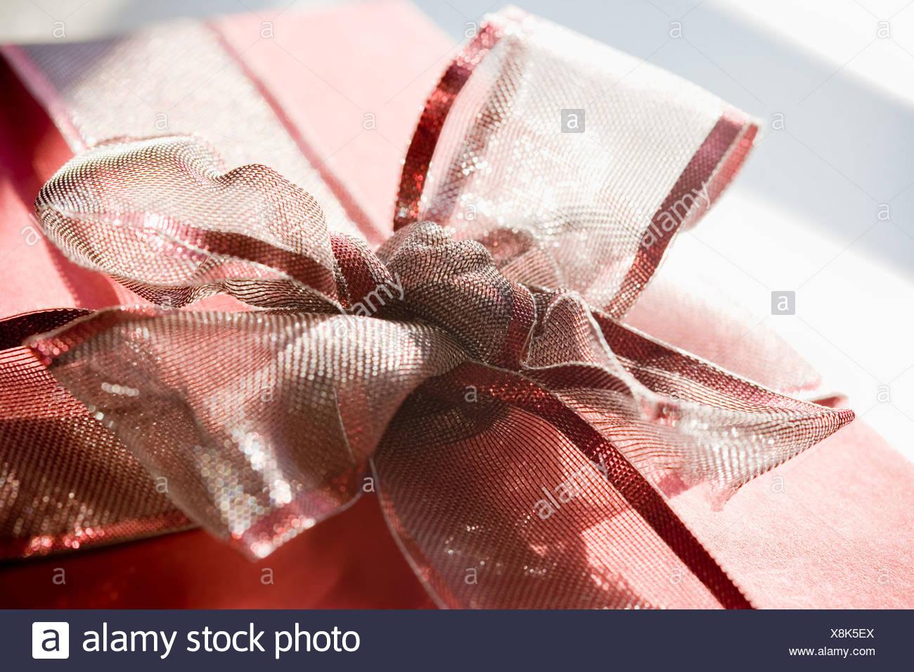 Regalo con la cinta roja bow Imagen De Stock