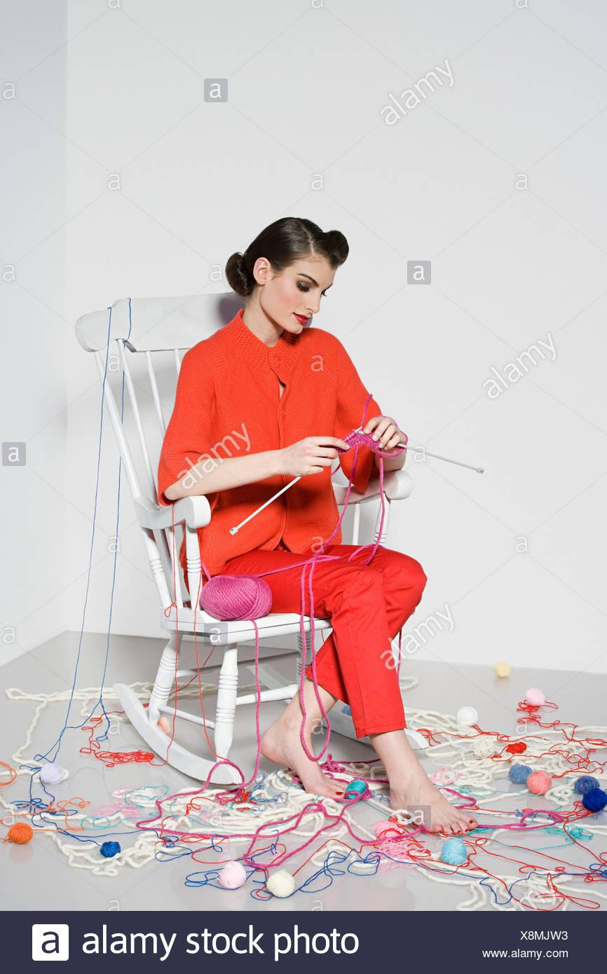 Mujer joven tejer Imagen De Stock