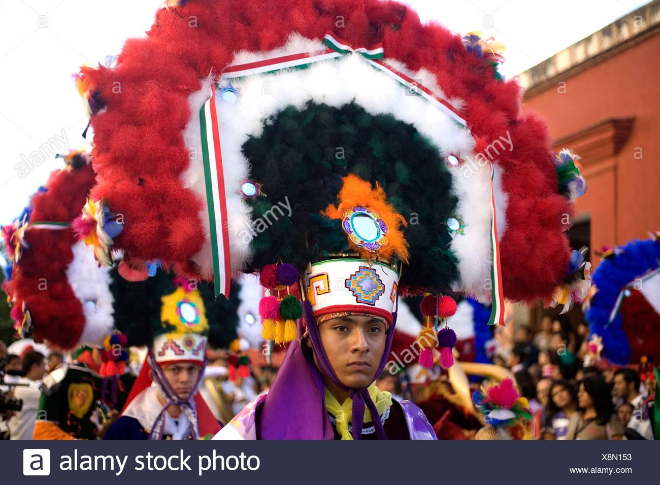 Un bailarín realiza la danza de la pluma o la Danza de la pluma durante el desfile de la Guelaguetza en Oaxaca, México. Imagen De Stock