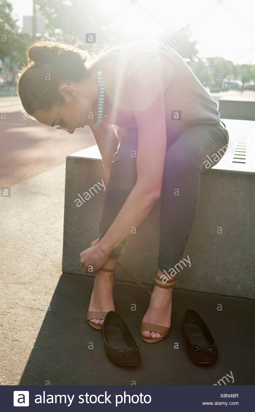 Alemania, Berlín, Potsdam Square, joven atar los tacones altos Imagen De Stock