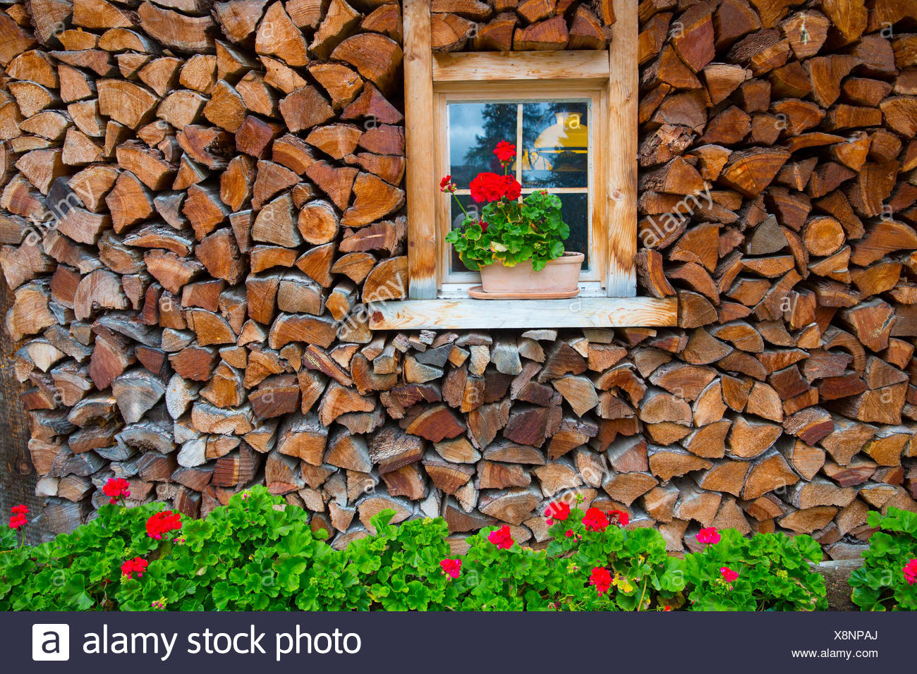 Ventana con decoración floral en Engadin, Imagen De Stock