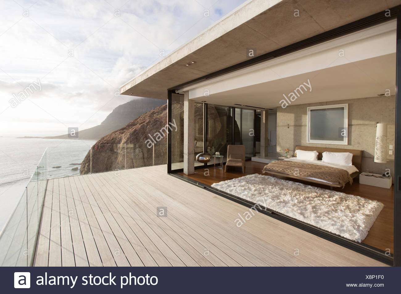 Dormitorio moderno de apertura en balcón Imagen De Stock
