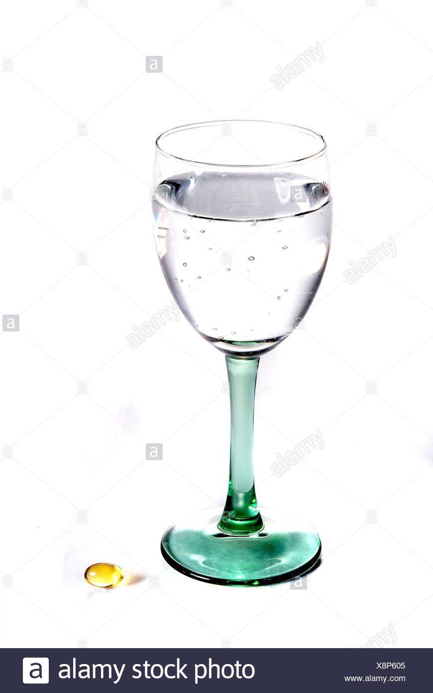 Vaso de Agua, Fischölkapsel, cristal, agua, agua mineral, ácido carbónico, tome, beber, cápsulas, cápsulas Fischöl Fischöl, las enfermedades, la nutrición, la salud, la fotografía del producto, hipovitaminosis, prevenir, suplemento alimenticio significa, Imagen De Stock