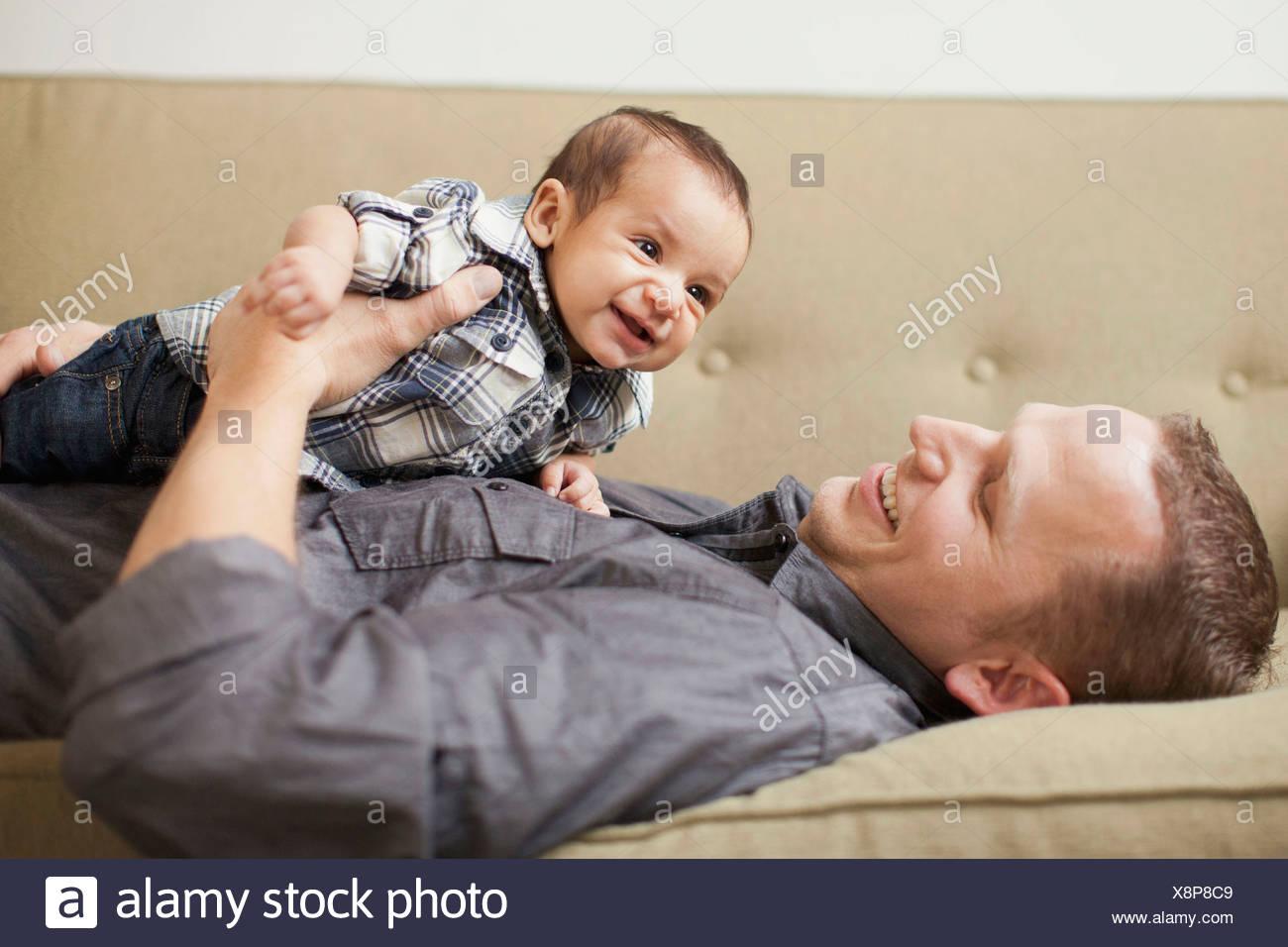 Padre sosteniendo a su hijo (2-5 meses) Foto de stock