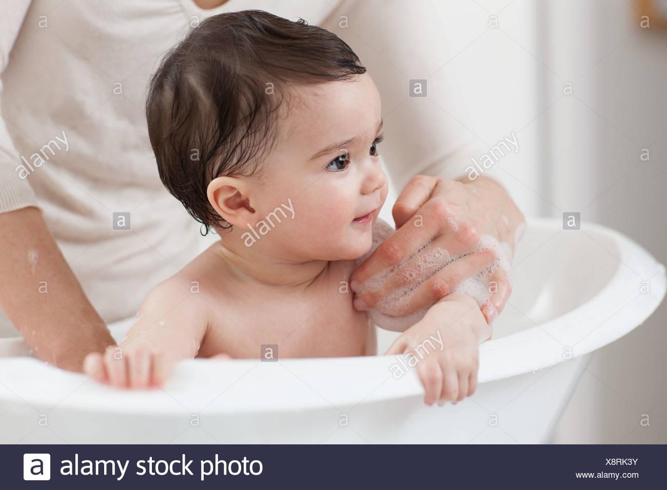 Baby Boy tener un baño Foto de stock