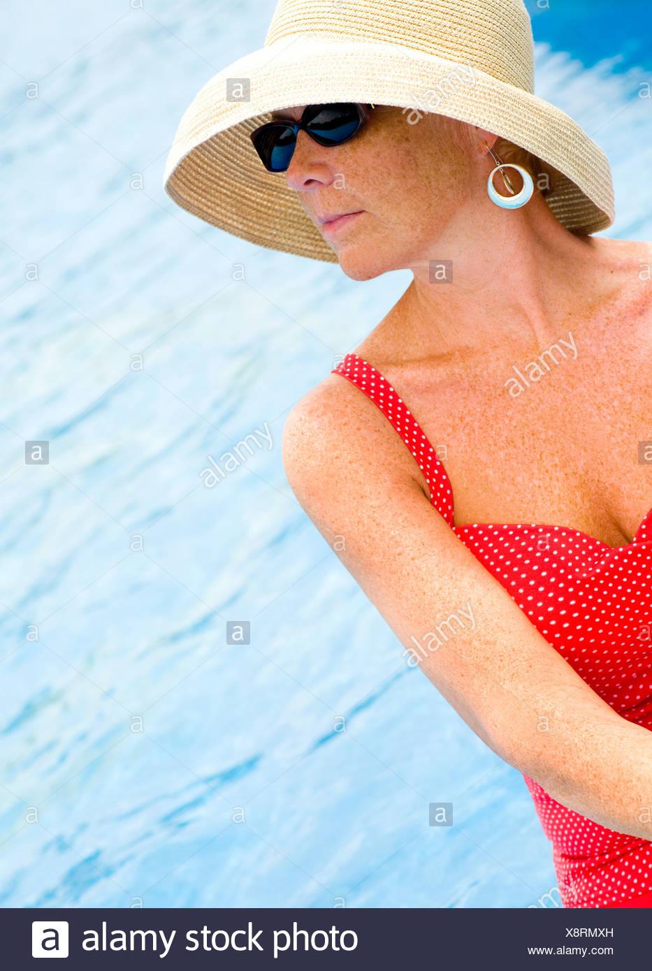 Para El La De En Foto Con Y Sombrero Mujer Gafas Piscina Sol xhBQdrstC