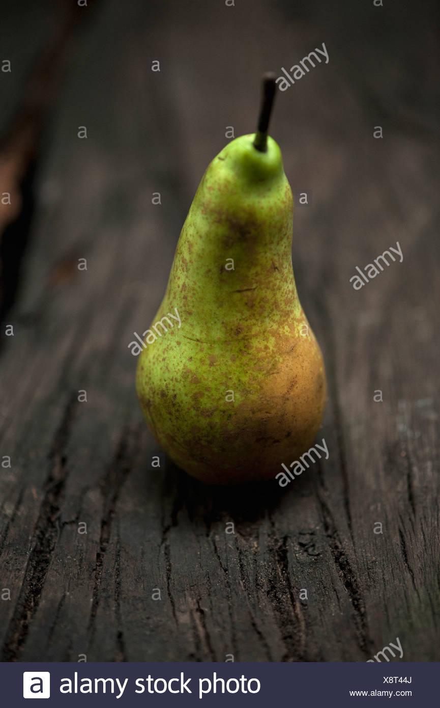 Cerca de pera en la tabla Imagen De Stock