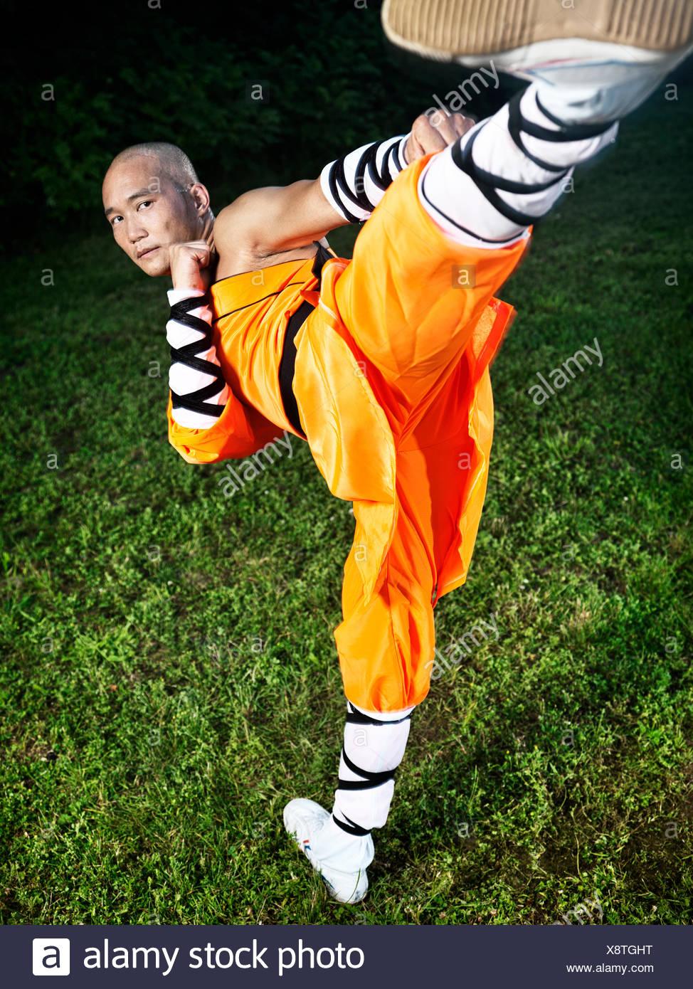 Monje guerrero Shaolin haciendo Chuai Tui Side Kick Imagen De Stock