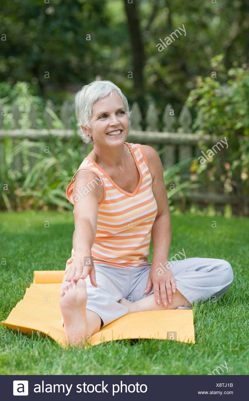 Mujer madura haciendo ejercicio en un parque Imagen De Stock