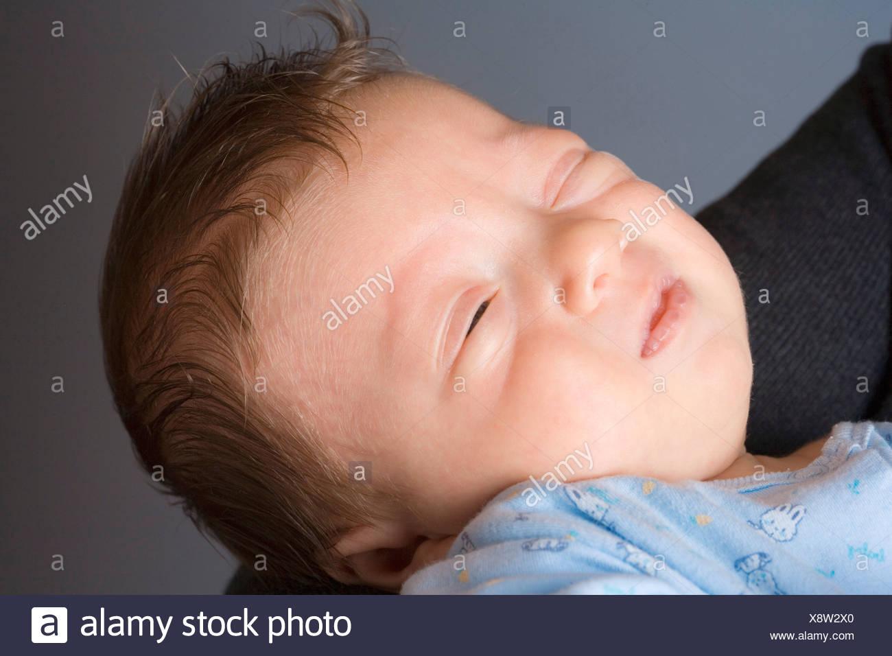 0-1 meses 1-6 meses 2 30-35 años 30s adult adult afecto en casa cuidando el cuidado del bebé Los bebés caucásicos Ch Imagen De Stock