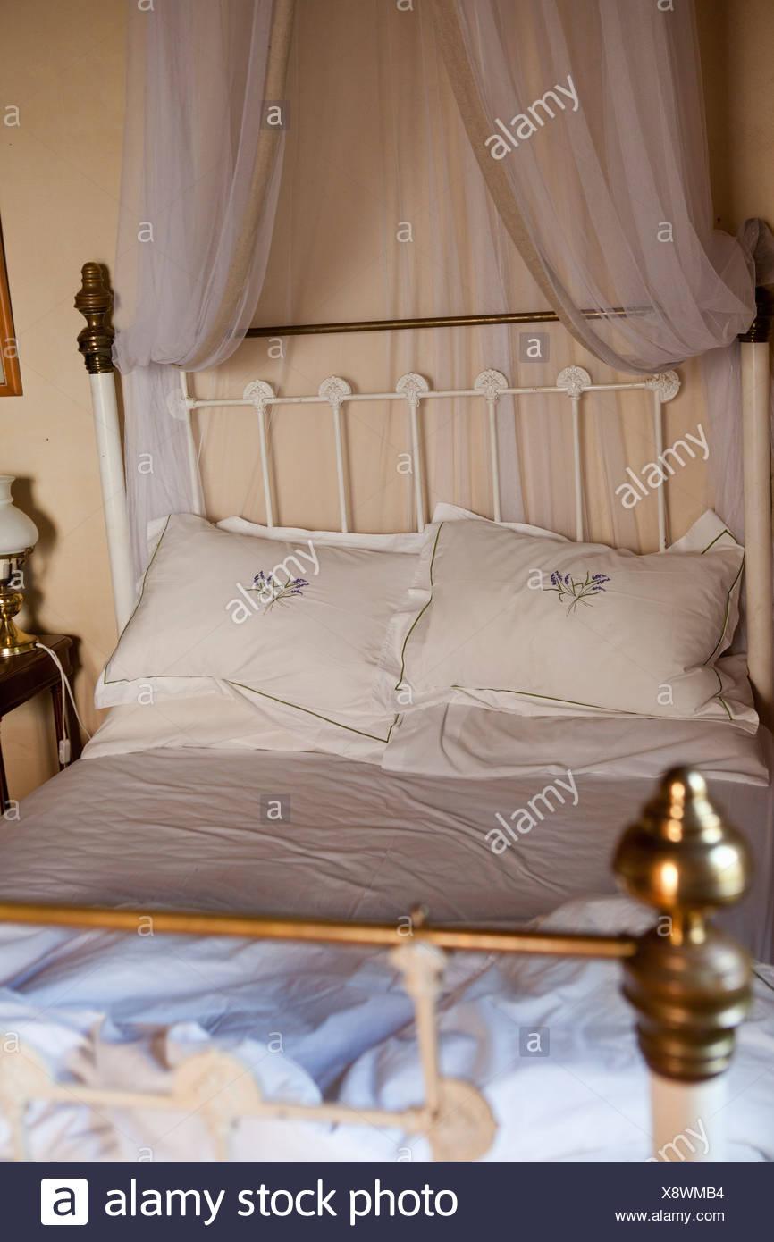 Cama antigua con cortinas Imagen De Stock