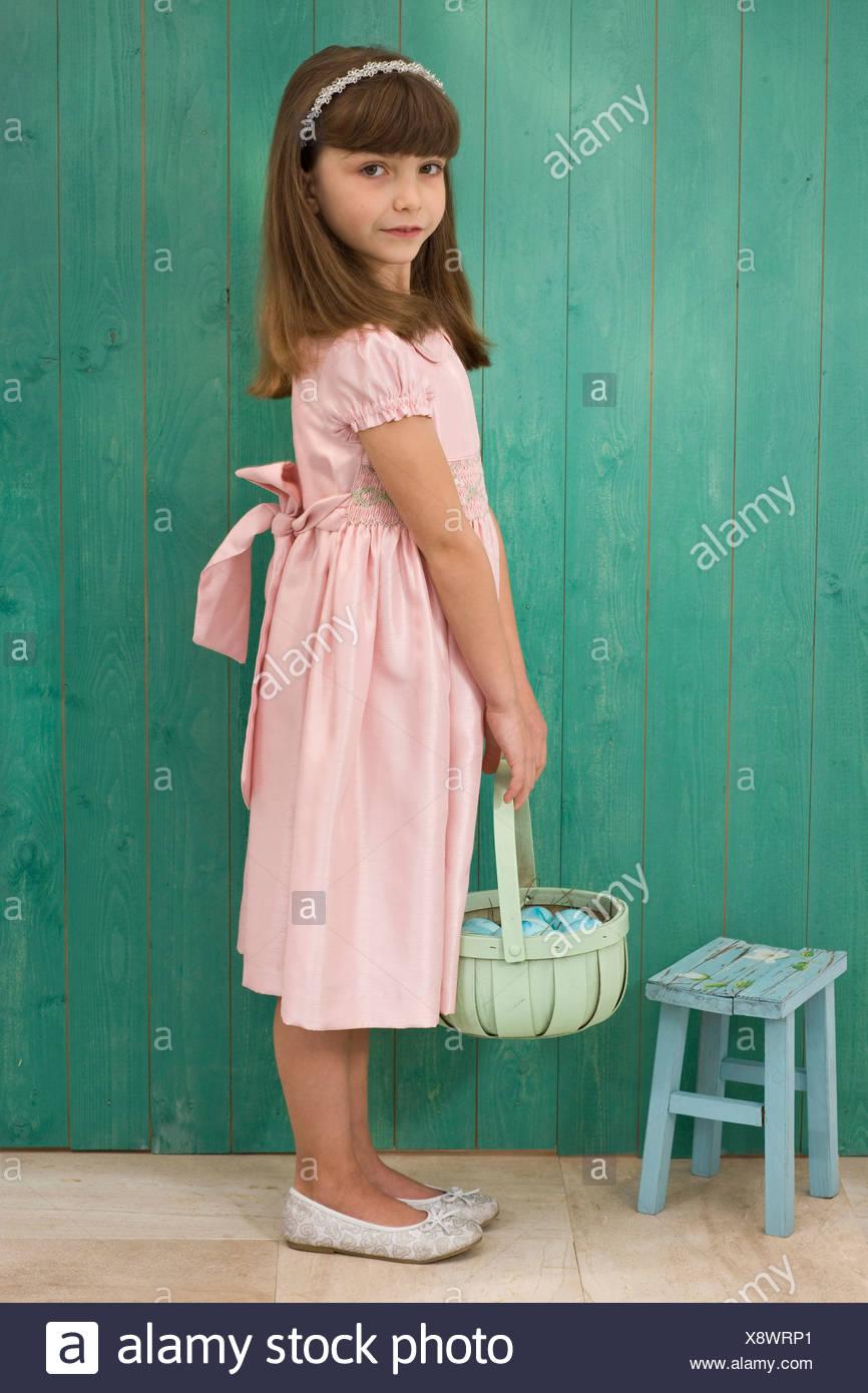 Chica con una cesta Foto de stock