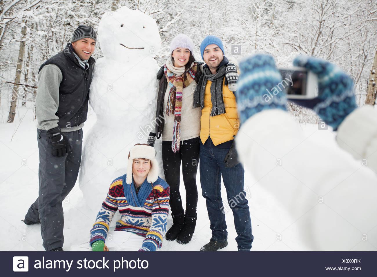 Tomando fotografías con el muñeco de nieve Imagen De Stock