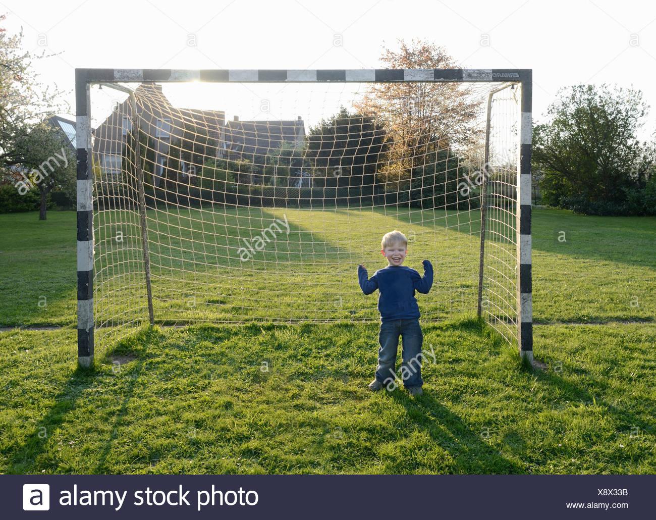 Boy aclamando en el objetivo Imagen De Stock