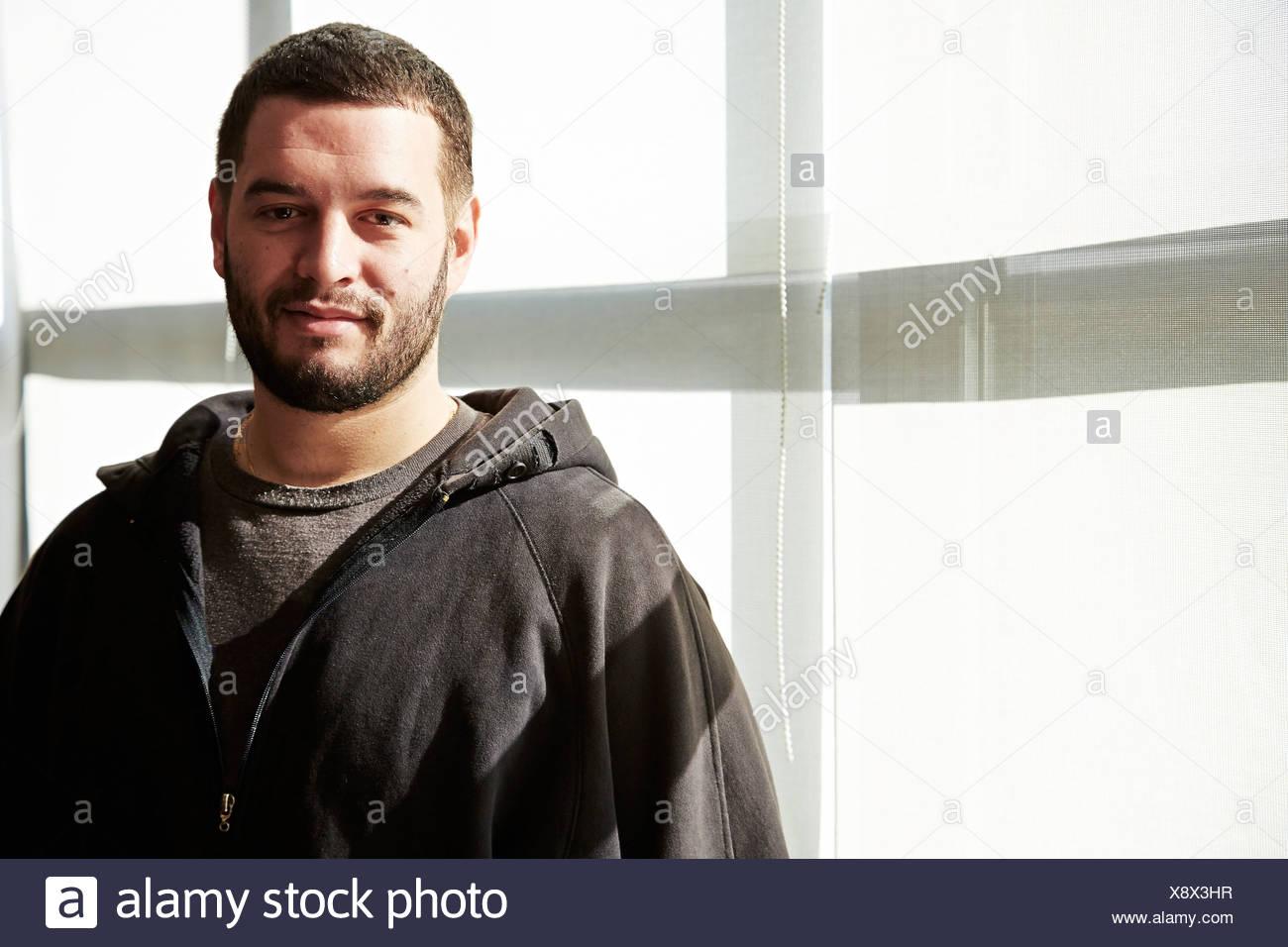 Retrato de joven vistiendo sudadera con capucha Imagen De Stock