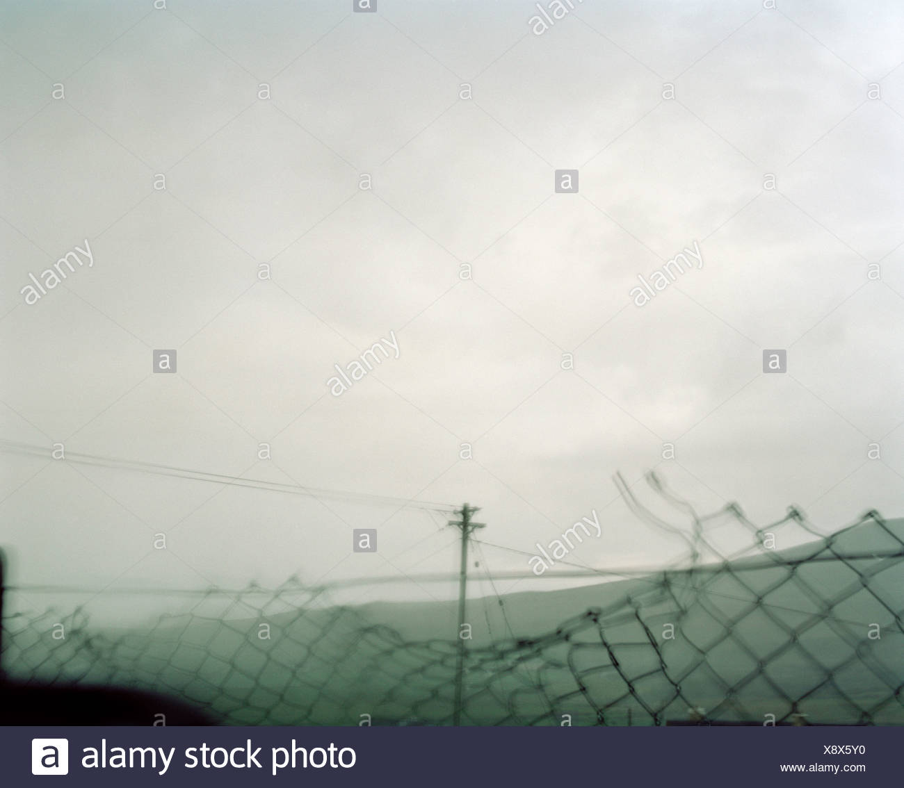 Las líneas de alimentación y eslabón de la cadena cerco roto Imagen De Stock