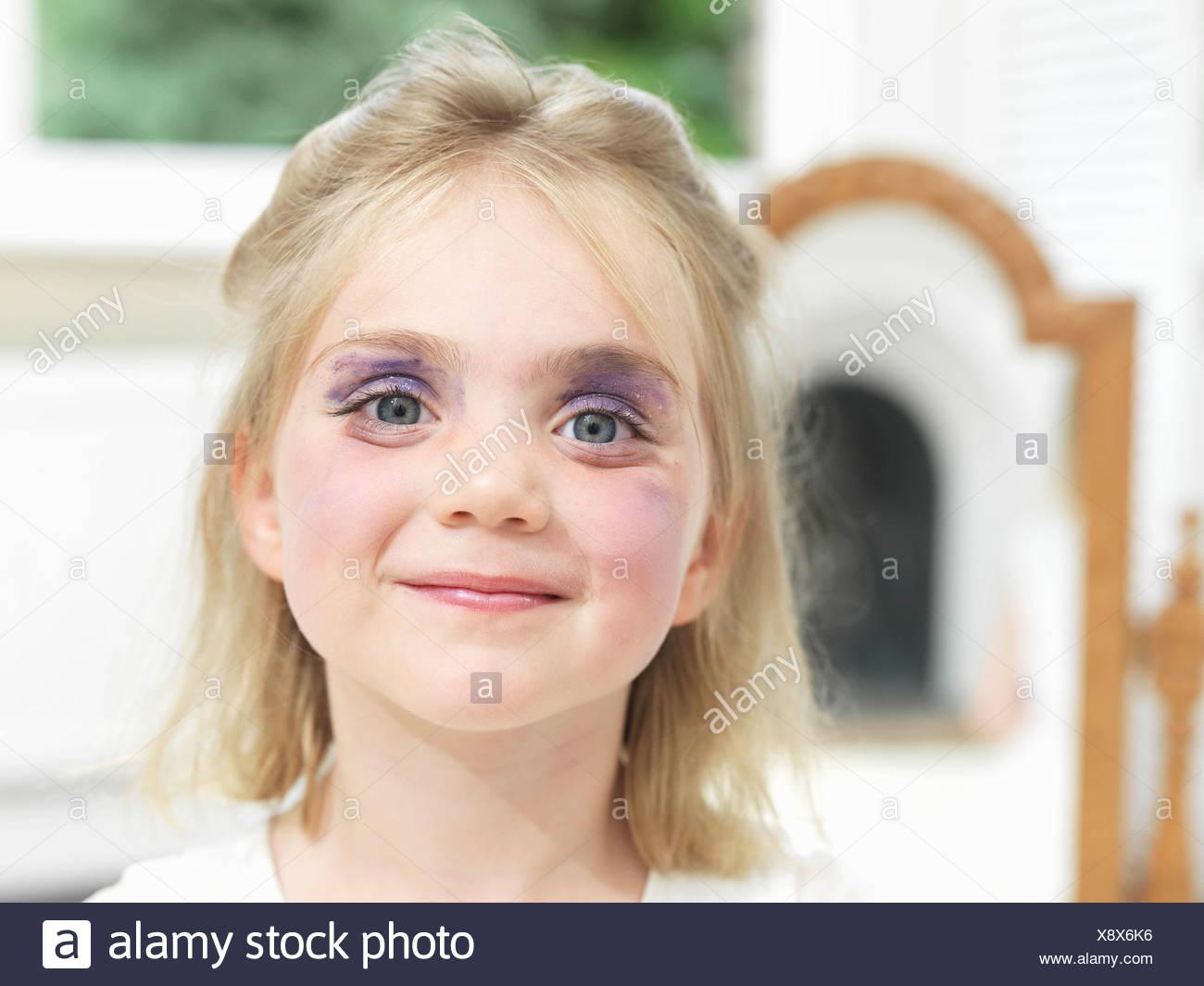 Chica, habiendo hecho su propio maquillaje Imagen De Stock