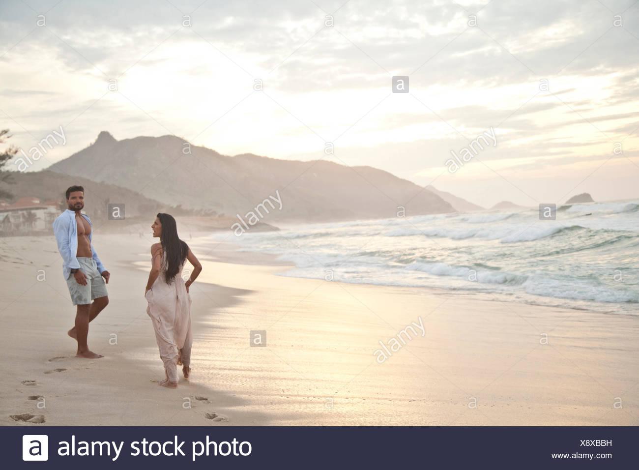 Adulto medio par en la playa, Río de Janeiro, Brasil Imagen De Stock
