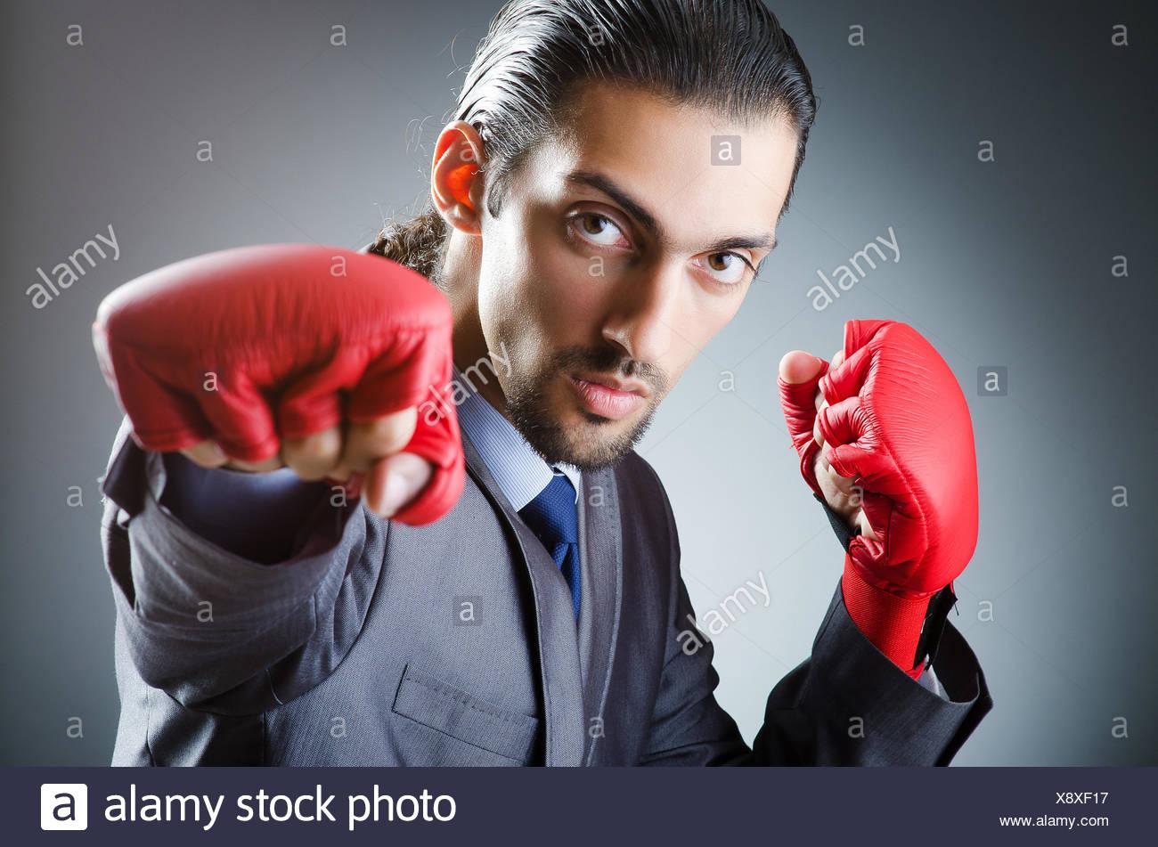 Empresario con guantes de boxeo en blanco Foto de stock
